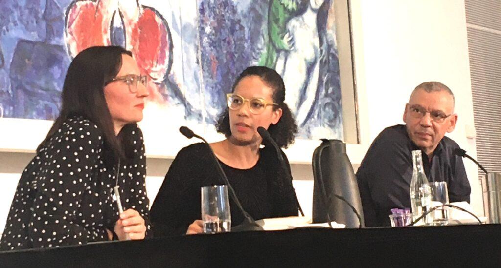 Hadja Haruna Oelker (Moderatorin) mit Manuela Bojadzijev und Patrice G. Poutrus